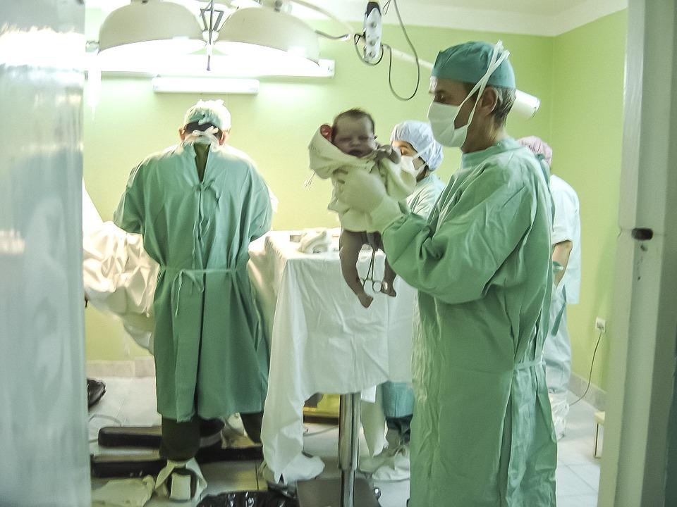 новорожденный-ребенок-врачи